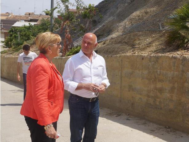 La alcaldesa Lozano y el diputado Enguix visitan las obras de la ladera de la calle Alzira de Turís